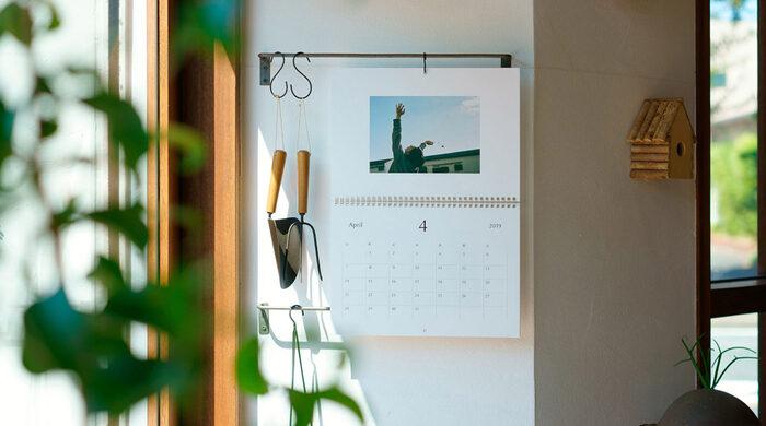 最後は写真をカレンダーにして飾るアイディアです。お気に入りの写真を選んで、スマホから簡単に注文できるサービスがあるのでぜひ活用してみましょう。思い出の一枚も、何気ない一枚も、カレンダーにすると特別な一枚に見せることができますね*子どもの写真で作ったカレンダーは、遠くに住む家族や親戚へのプレゼントにもオススメです。
