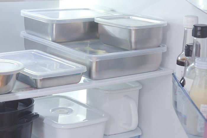余った豆腐や野菜、魚などを、ザルごとバットに入れて蓋をして冷蔵保存ができるので、より新鮮さが長持ちします。ラップや保存袋の節約にもなりますし、見た目がスタイリッシュですっきりします。