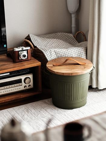 使ってないゴミ箱をおしゃれにリメイク!木で天板を作り、ゴミ箱と天板をペイントして、持ち手にレザーを取り付けています。木×レザーの異素材ミックスが洗練された印象です。