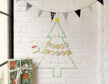 マスキングテープでクリスマスツリーを描くアイデア。壁に貼っても綺麗に剥がれるタイプなら賃貸の方でも安心です。壁なら場所も取らず、イベントが過ぎたら剥がすだけなのでお手軽に取り入れられそう♪