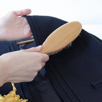 普段のお手入れはブラシなどで目に詰まった汚れを落とすだけにし、できるだけ洗わないようにしましょう。帆布の織り目に添って、優しくブラッシングすれば◎