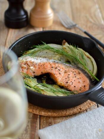 シンプルだからこそ、まず試してもらいたい鮭とフェンネルのオーブン焼き。いつもの鮭が、とってもおしゃれな一皿に仕上がります。