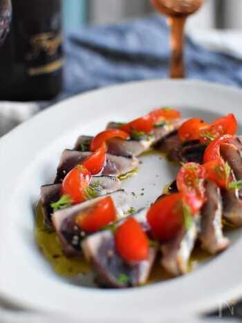 カツオのたたきをオリーブオイルとハーブで。見た目もとってキレイなので、おもてなし料理としても活躍してくれそうですね。