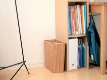こちらは棚の横にゴミ箱を添わせています。ちなみに、段ボールをゴミ箱に入れて使っているそう。同系色なので、お部屋の雰囲気を損ないません。
