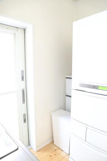 おうちの中にあるデッドスペースを上手く利用するのも◎あまりお客様から見えない、冷蔵庫横のデッドスペースにゴミ箱を置いているそう。手前にある蓋付きのゴミ箱に生ゴミを、奥にある3段の分別ごみ箱にはペットボトルや空き缶を入れて使っています。