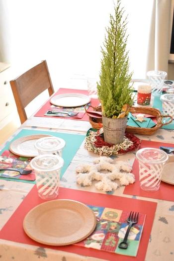 ダイソーとセリアのクリスマスアイテムだけで、こんなに可愛いテーブルコーデに。子供が集まるのクリスマスパーティーは、割れにくい紙皿やプラスチックカップ、汚れてもいいようにクリスマスカラーの画用紙をランチョンマット代わりにしています。