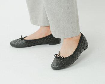 ふんわり感のあるキルティングエコレザーを採用した、フラットで歩きやすいパンプスです。黒のフラットパンプスは、コーデに取り入れるだけでクラシカルな印象がアップします。