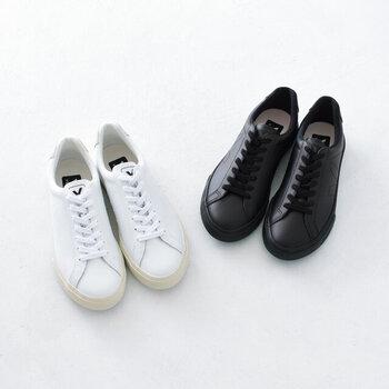 エコレザーを採用したスニーカーは、カジュアルコーデのさりげないアクセントにもぴったり。ローカットのベーシックなデザインなので、カジュアルやキレイめなど、どんな着こなしにも合わせやすいのが特徴です。