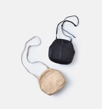 ころんとしたシルエットが、キュートな印象を与えるショルダーバッグ。シボ感のあるマットな素材で、小ぶりなショルダーを大人っぽく見せてくれます。パカっと大きく開くつくりなので、中に入れているものが見やすく取り出しやすいのが特徴です。