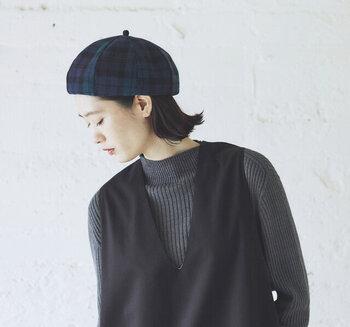 ダークグリーンのタータンチェック柄が、大人っぽさと季節感の両立を叶えてくれるウール素材のベレー帽。ハリ感があり、コロンとキュートなシルエットが、被ったときのこなれ感に繋がります。