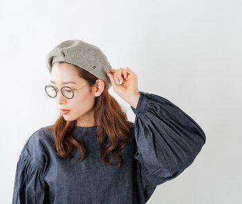 深みを持たせたつくりで、大人っぽく被れるウール混のベレー帽です。杢調のカラーが落ち着いた印象を与える、シンプルデザインがポイント。サイズ調節が可能なリボンがついているので、好みの形やサイズ感で被ることができます。
