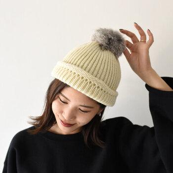希少価値の高いブリティッシュウールを使用した、ニット帽。ラビットファーで作ったポンポンが、大人かわいい印象を与えてくれます。高い耐久性と弾力性のあるふっくらとしたリブ編みで、保温力が高いのもうれしいポイント。