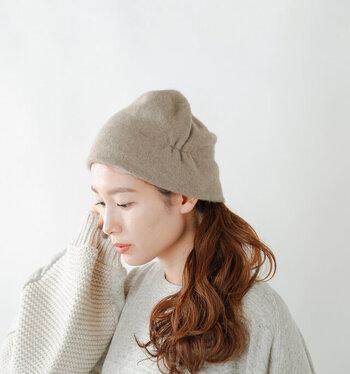 上質のあるカシミヤセーブルを素材に採用し、大人のためのニット帽を作成。シンプルなデザインながらも、くたっとしたフォルムが女性らしさを演出してくれます。左サイドにはシャーリングが入っていて、アシンメトリーなデザインに。