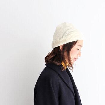 ウール素材のニット帽は、畔編みでざっくりと作られたカジュアル感が魅力。シンプルなデザインでユニセックスに活用できます。カラーはなんと12色展開で、好みの色がきっと見つかるはずです。