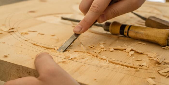 「工」はもともと、のみなどの工具を表す象形文字。そこから作ること、作った人も示すようになりました。一方「藝」は人が草木を植える姿を表す漢字で、上手に育てることを意味しましたが、転じて優れた技術や技能という意味に。その2つを組み合わせて、素晴らしい技術で作ること、作ったもの自体のことを言うようになりました。普段使う「工芸」と漢字が異なるのは、戦後より書きやすい「芸」(本来は全く関係のない、「草を刈る」という意味の漢字)を当てたことから。そういうわけで、今回の記事では本来の漢字が入った「工藝」を使っています。