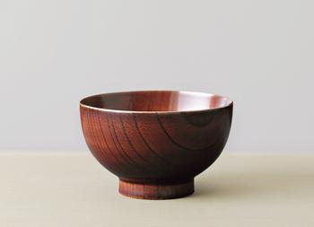 「漆芸」は、漆の木の幹の表面を削り、採取した樹液を塗り重ねる工藝のこと。日本では9000年前のものとされる、漆を塗った装飾品が出土しており、一説には日本が漆芸発祥の地ではないかとも言われています。古くは仏具に使われ、その中で「蒔絵」「螺鈿」などの技法も誕生してきましたが、江戸時代に一般の人々にも普及。さまざまな生活雑貨に漆芸が広がりました。漆芸によって作られたものは、蒔絵や螺鈿など幅広い表現が楽しめるだけでなく、漆を塗ることで抗菌・殺菌効果や耐久性が高まるのも魅力。時間が経つほどに変化するので「育てる器」とも呼ばれます。
