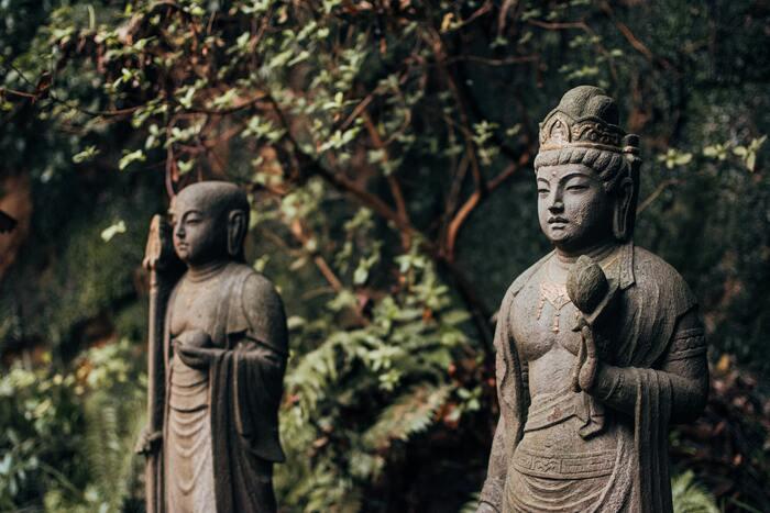 古墳~奈良時代には、お寺や仏像を作り、自分たちの生活雑貨を確保するために、朝廷や貴族が技術者を集めて工藝を作らせるようになりました。作ることに専念できたおかげで、さまざまな技術が発展。この頃から近代に至るまでの工藝の中には、「美術工芸品」に登録されているものもあります。一般的には伝統的な工藝や骨とう品、美術品などを示す言葉としても使われる「美術工芸品」ですが、法律上は建物を除く学術的価値の高い文化財全般のこと。日本の歴史を作り、日本美術の発展に貢献した工藝も、その中に含まれています。