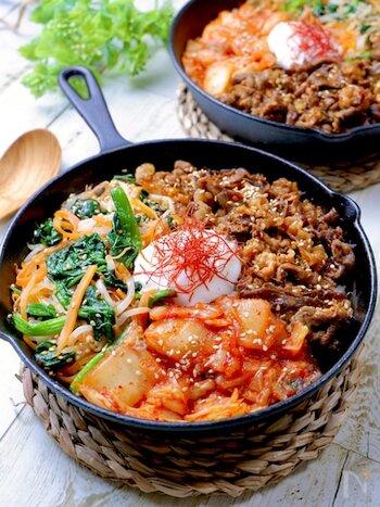 韓国料理の定番、ビビンバを日本の家庭でも作りやすくアレンジしたレシピ。特にナムルはレンジで一発調理できるので、単品でも覚えておくと副菜に取り入れやすく何かと便利です。