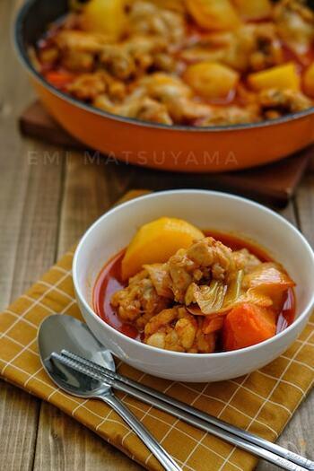 タットリタンは、日本の料理で例えると辛い鶏じゃがのような鍋物です。鍋とはいっても、水分少なめでじっくり蒸し煮にするので煮物に近いですね。旨味たっぷりの煮汁は、ポックンパ(韓国風チャーハン)にすると二度楽しめます。