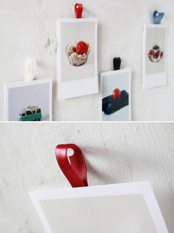 プリントした写真にリボンをつけて壁面インテリアに。自分で簡単に作れるのも嬉しいです*