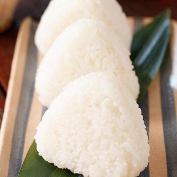 シンプルな塩おにぎりを冷凍しておけば、いざという時大助かり!おかずを用意して冷凍ごはん感覚で使ってもいいですし、味をつけて焼きおにぎりにしても美味しそうです。