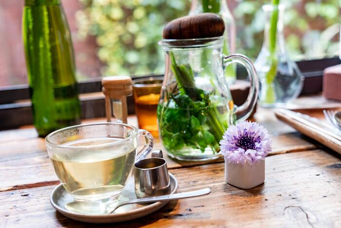 ハーブティーは、お茶として飲むことで有効成分を直接吸収しやすく、ミネラルやビタミンも摂取できる嬉しい方法。乾燥させたハーブを細かくして熱湯で抽出します。