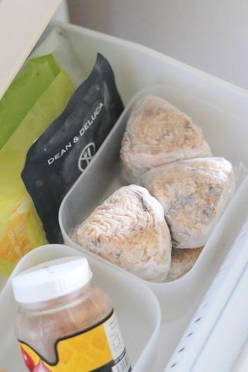 おにぎりの美味しさを損なわないために、短い時間で冷凍することを心がけましょう。形をそろえたり、金属製のトレイに並べたりすると、短時間で均一に冷凍することができます。冷凍している間は、冷凍庫の温度が上がらないよう、できるだけ開閉しないこと。