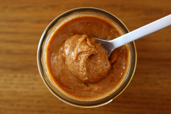 こちらはお馴染みの素材、ピーナッツを使ったクリームのレシピです。煎り落花生に、ごま油やきび砂糖、はちみつ、醤油、塩、などを加えた、乳製品のミルキーなクリームとは一風違ったクリーム。フードプロセッサーで混ぜるだけなので、とっても簡単に作れます♪