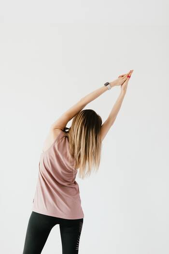 運動不足から筋肉が凝り固まり、首肩凝りや腰痛のようなプチ不調を招くことも。ウォーキングで血行を促進し、全身の筋肉をしっかりと動かすことで、凝りにくい体作りができるようになるでしょう。そうすると、自ずとプチ不調も解消しやすくなっていくはずですよ。