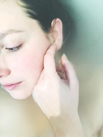 角質のケアは大切ですが、頻度が多すぎると、お肌にダメージを与えて角質層が厚くなりくすみの原因にも。理想は週に1~2回程度。顔のうぶ毛処理同様、ケアの後は刺激の少ない化粧水や乳液で、しっかり保湿をしてあげましょう。