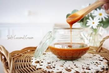 塩を効かせたキャラメルクリームもおすすめ。こちらは簡単にできる塩キャラメルクリームのレシピです。グラニュー糖と水、生クリーム、塩で作る、とってもシンプルな材料。塩の種類を工夫してみるとまた違いを楽しめます♪