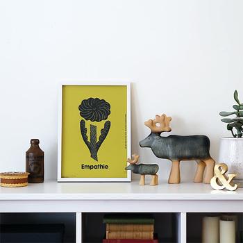 春には明るい気持ちを呼び覚ますお花のポスターを。シックな中にも鮮やかさを感じさせる図案ポスターもおしゃれ。自然や動物をモチーフに描く人気アーティスト・鹿児島睦(かごしままこと)さんの作品です。
