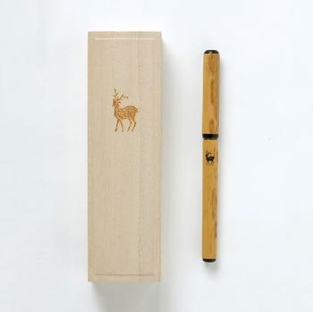 木目に鹿の柄がワンポイントになった筆ペンは、奈良の老舗筆専門メーカー「あかしや」の職人が手作業で作っています。天然の紋竹と人造毛を使用し、一本一本丁寧に仕上げられたこだわりの逸品。