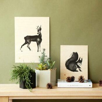 鹿やリスなどの動物モチーフのポスターなら、春らしい躍動感を感じさせてくれます。木製のポスターはナチュラルなインテリアにもしっくりと。