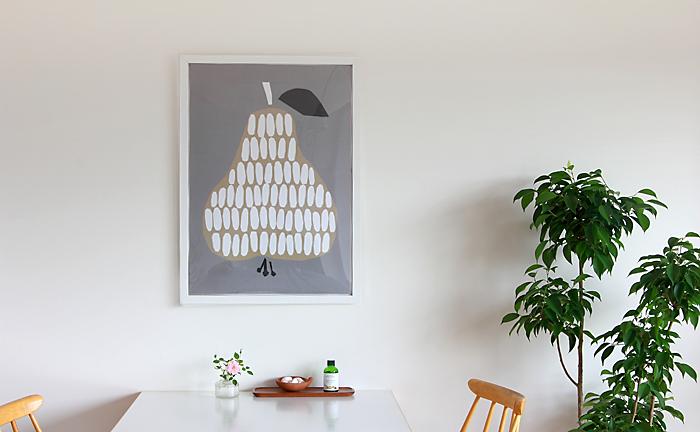 北欧系のポスターはお部屋におしゃれなアクセントをプラス。ナチュラル、シンプル、モダン…と比較的どんなテイストのお部屋にも似合います。北欧らしさいっぱいの懐かしい雰囲気を持つ洋ナシのデザインは、ふんわりと優しいお部屋に。