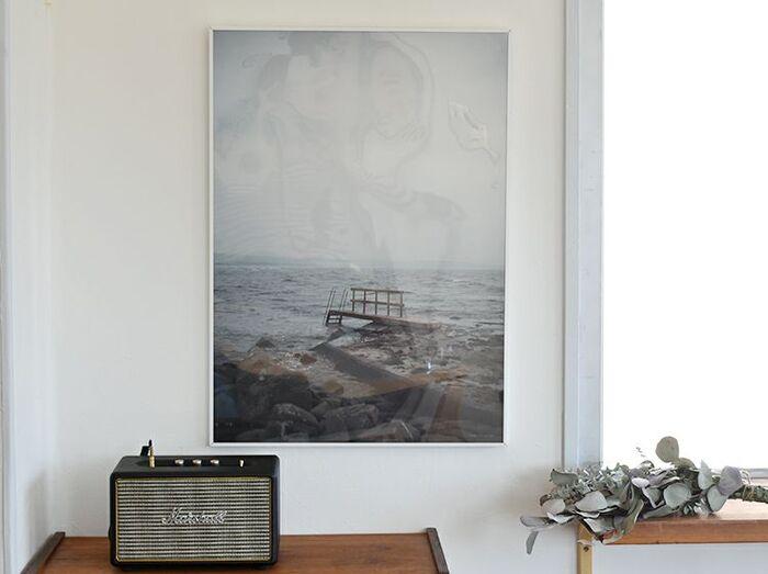 海と空を一枚に収めた、どこか静けさを感じるポスター。スウェーデン発のブランド「Fine Little Day(ファインリトルデイ)」デザイナーであるエリーサベット・デュンケルの作品です。