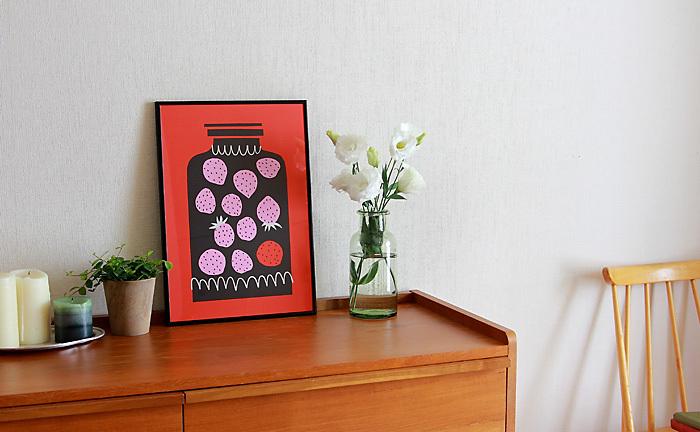 冬はお部屋をほっこりとあたたかに彩る、暖色系のポスターはいかがでしょう?絵本のイラストのようにかわいい世界観を持つ、いちごジャムのポスター。素朴で楽しい風景が目に浮かびますね。