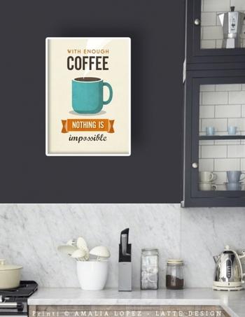 キッチンやダイニングにもぴったりな、コーヒーをモチーフにしたヴィンテージ風ポスター。どこか懐かしい色合いと文字装飾が、落ち着いた空間を作り出します。