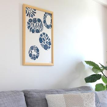 器用に描かれた絵をモチーフにデザインされた、鹿児島睦さんによる図案ポスター。ランダムに配置された青い花の模様が大人かわいい雰囲気です。