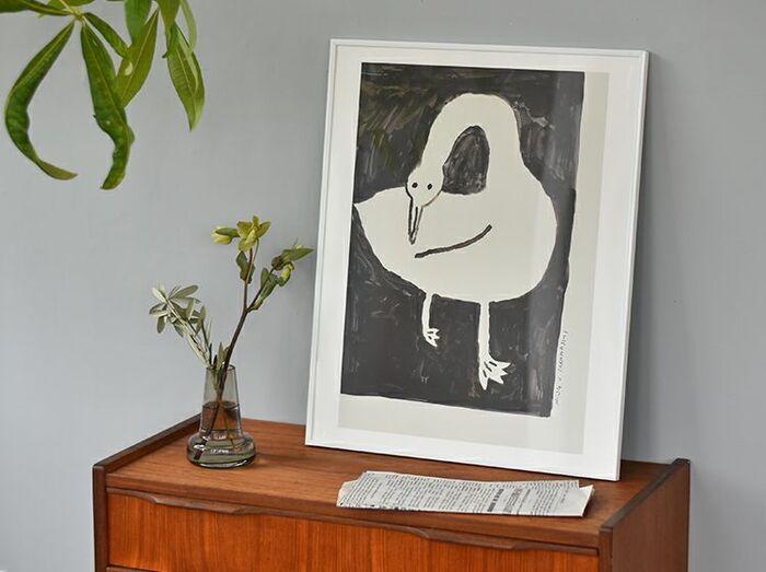 ゆっくりと心を落ち着かせたいリビングやベッドルームに、さり気なくもかわいらしいアクセントをプラスしてくれるナチュラル系ポスター。愛らしい白鳥が一羽描かれた「SWAN(スワン)」は、独特のユーモラスさが目を惹きつけます。