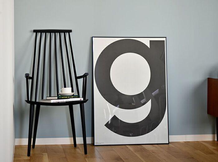 """アメリカ・ブルックリンで生まれたブルックリンスタイルは、どこか素朴で重厚感のある雰囲気に加え、都会的な自由さも併せ持っています。アルファベットの""""g""""が大胆にデザインされたポスターは、モノトーンでかっこいい印象に。"""