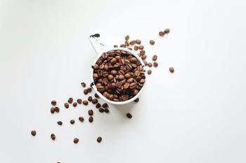 両者は根本的に、コーヒーそのものが異なります。カフェオレに通常のコーヒーが使われているのに対し、カフェラテは濃度の高いビターな『エスプレッソ』を使用しているんです。