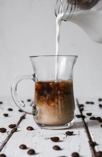 また以下のように、ミルクの量も違うと言われています。  ・カフェオレ コーヒー50%:ミルク50%  ・カフェラテ コーヒー20%:ミルク80%   一般的にカフェラテの方がほろ苦くクリーミーな味に仕上がるんですね。一方カフェオレは、マイルドで子どもでも飲みやすいのが特徴です。