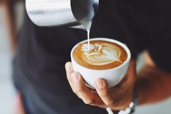 ちなみに、泡の少ないミルクの方がエスプレッソとの混ざりが良いんだとか。混ざり具合は風味などに直結するため、この場合カフェラテの方がミルクの甘味を感じることができます。
