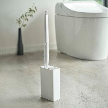 シンプルでスタイリッシュなデザインが人気の「tower(タワー)」から、流せるトイレブラシ用のスタンドが登場しました。余計な装飾のないコンパクトなデザインで、トイレの床に置きっぱなしでもじゃまになりません。