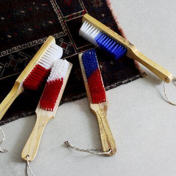 バイカラーの色使いと、木の風合いそのままの持ち手がおしゃれなブラシ。実はこれ、カーペット用のブラシなんです。大きめのつくりになっているので、リビングに敷いているフロアマットにも使いやすいデザインです。掃除機ではなかなか取れにくい、繊維に入り込んでしまった汚れをササッと取り除いてくれます。