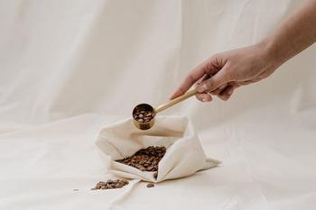 カフェラテの豆は基本的に、ミルクの甘味に負けないほろ苦さが出る中煎り〜深煎りがおすすめです。少し淡い味が好きな方は、もちろんライトな煎り具合の豆を使うのも◎。