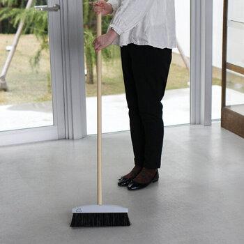 ポーランドのお掃除道具ブランド「Reszta(レシュタ)」の、掃除用ブラシセットです。シンプルでスタイリッシュなデザインのブラシに、さりげないロゴがワンアクセントになっています。