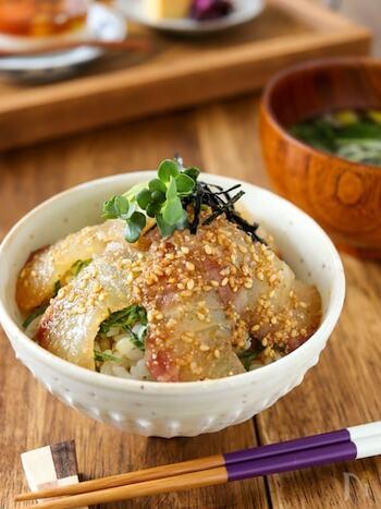 鯛のお刺身は、そのままでもごちそうなのですが、もうひと工夫。ごまだれに漬け込んで上品な丼にしてみませんか?たれがご飯にもしみて、どんどん食べ進める美味しさです。