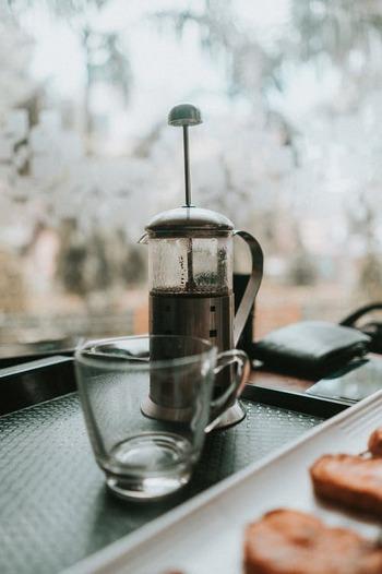 フレンチプレスは、誰でも簡単に美味しいコーヒーが作れる優れもの。エスプレッソの場合は、粉10gに対し110〜120mlのお湯を注ぎ、3分待つだけでOKです。  豆の油分まで抽出してくれるので、とても濃厚でまろやかな仕上がりになりますよ。